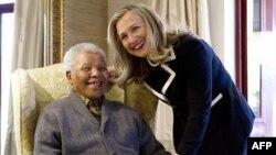 남아프리카공화국 쿠누에 위치한 자택에서 힐러리 클린턴 미 국무장관과기념 촬영을하는 넬슨 만델라 전 대통령