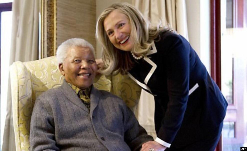 2012年8月美国国务卿希拉里•克林顿在南非库奴的曼德拉寓所里会见曼德拉