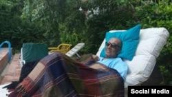 یکی از آخرین عکسهای عباس کیارستمی در بستر بیماری