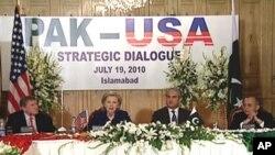 امریکی وزیر خارجہ ہلری کلنٹن خطاب کرتے ہوئے