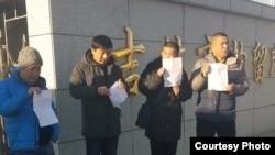 四名吉林市退伍軍人獲釋後在拘留所外會合。(當事人供圖)