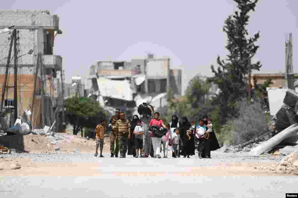 همزمان با افزایش درگیری نیروهای نظامی با داعش در اطراف حلب، این خانواده ها شهر را ترک می کنند.
