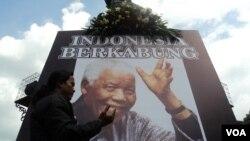 Warga Solo membawa papan tanda ikut berkabung atas meninggalnya Nelson Mandela (6/12). (VOA/Yudha Satriawan)