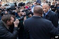 Michael Avenatti, a la derecha, el abogado de Stormy Daniels, habla con periodistas al salir del tribunal federal en Nueva York después de una audiencia de Michael Cohen, abogado personal del presidente Donald Trump. Jueves 26 de abril de 2018.