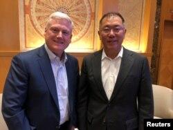 Aptiv baş icraçı direktoru Kevin Klark və Hyundai Motor Qrupunun vitse-sədri Euisun Chung