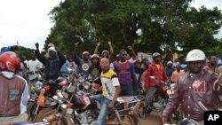 Madereve wa pikipiki wamefunga barabara ya Songea kuelekea Tunduru kuelekea afisi ya mkuu wa mkoa wa Ruvuma.