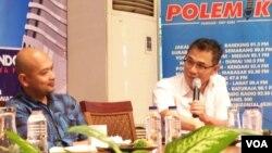 Direktur Politicawave Yose Rizal (kiri) dan angota DPR Budiman Sudjatmiko dari Fraksi PDI-P. (VOA/Iris Gera)