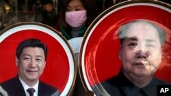 北京天安门广场附近一个纪念品商店出售的中国国家主席习近平(左)与前中共领导人毛泽东头像的磁盘。(2016年1月17日)