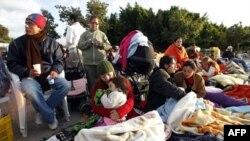 Cư dân ở thị trấn Lorca chờ đợi để trở về nhà sau khi ngủ đêm ngoài trời vì lo sợ sẽ xảy ra các cơn dư chấn sau 2 trận động đất chết người, ngày 12/5/2011