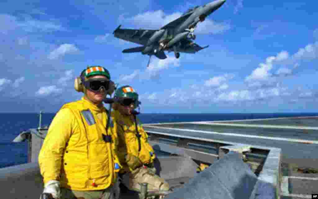 航空母舰乔治.华盛顿号上飞机降落 该航母没参加近期黄海演习