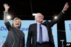 지난 9월 미 뉴햄프셔주 더햄에서 열린 힐러리 클린턴 민주당 대선후보(왼쪽) 선거유세에 민주당 경선 경쟁자였던 버니 샌더스 상원의원도 참석해 클린턴 후보에 대한 지지를 호소했다.