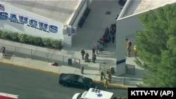 Foto udara menunjukkan saat polisi mengevakuasi para siswa ke tempat yang aman di tengah insiden penembakan, Kamis (14/11) (Foto: AP/KTTV-TV)