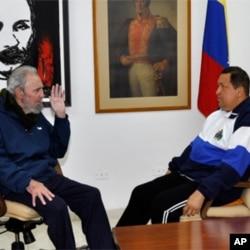 Sammitda Kubani yig'inlarga jalb etish masala ham muhokama etiladi. Suratda Kubaning uzoq yillik rahnamosi Fidel Kastro (chapda) Venesuela prezidenti Ugo Chaves bilan.