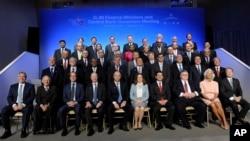 Para Menteri Keuangan negara G-20 berpose bersama Presiden Bank Dunia Jim Yong Kim dan Direktur IMF, Christine Lagarde di Washington, Jumat (11/10).