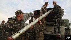 Binh sĩ Ukraina chuẩn bị phóng tên lửa Grad trong cuộc giao chiến với phe ly khai thân Nga gần Luhansk, miền đông Ukraine, ngày 18/8/2014. Ukraine cáo buộc các phiến quân thân Nga phóng rocket và bắn đạn pháo vào đoàn xe chở thường dân rời đi để tránh các cuộc giao tranh ở miền đông nước này