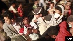Antivladini demonstranti u Taizu prenose ranjenog demonstranta u ambulantu