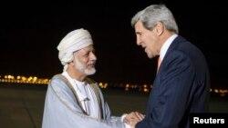 استقبال یوسف بن علوی وزیر خارحه عمان (چپ) از جان کری وزیر خارجه ایالات متحده در فرودگاه مسقط - ۱۸ آبان ۱۳۹۳