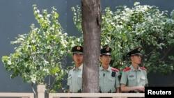 中國軍人2019年6月4日在天安門廣場執勤。