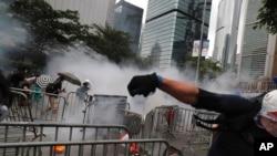香港抗議民眾6月12日在立法會附近躲避催淚瓦斯的攻擊。