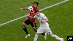 L'Egyptien Marwan Mohsen à la lutte avec l'Uruguayen Jose Gimenez lors du match du groupe A entre l'Egypte et l'Uruguay à la Coupe du monde de football 2018 à l'aréna Yekaterinburg à Ekaterinbourg, Russie, le 15 juin 2018.