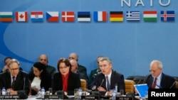 Tổng thư ký NATO Jens Stoltenberg (phải) tại cuộc họp với các bộ trưởng quốc phòng trong liên minh ở Brussels ngày 11/2/2016.