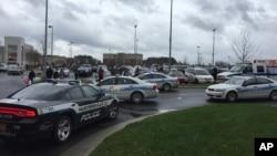 Suasana di Northlake Mall, Charlotte, North Carolina pasca penembakan (24/12).
