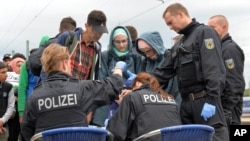 Polisi Jerman mendaftar para pengungsi yang tiba di Freilassing, Jerman selatan hari Senin (14/9).
