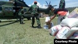Distribusi bantuan logistik bagi warga terdampak bencana gempa menggunakan Helikopter TNI AU di lapangan desa Bolapapu, Kecamatan Kulawi, Sulawesi Tengah (Foto courtesy: Posko Gabungan Karanjalemba)