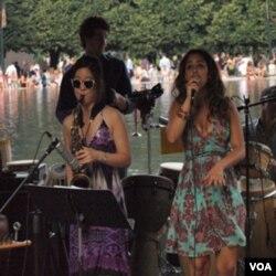 Pemain saxophone Grace Kelly dan vokalis Marina Satti sedang menunjukkan kebolehannya.