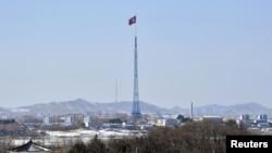 從韓國板門店休戰村望向朝鮮的一方﹐塔頂上豎立一支朝鮮旗。