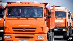 Tổng thống Vladimir Putin (phải) lái xe tải thông cây cầu mới nối liền Nga và bán đảo Crimea ngày 15/5/2018.