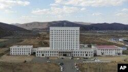 Офисное здание в городе Суйфэньхэ было переоборудовано властями в полевой госпиталь, предназначенный для выявления и лечения коронавируса у китайцев, прибывающих домой из соседней России