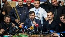 自稱頓涅茨克人民共和國的領導人的丹尼斯.普希林(前中)在記者會上講話。
