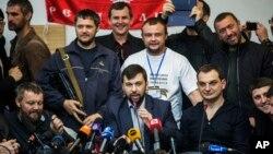 Денис Пушилин (в центре)
