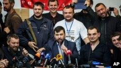 """El jefe de la comisión electoral de la llamada """"República Popular de Donetsk"""", Denis Pushilin, informa que el referéndum independentista se llevará cabo según lo planeado."""