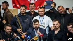 Pemimpin Komisi Pemilihan yang disebut sebagai Republik Warga Donetsk, Denis Pushilin (tengah, depan) dalam konferensi pers di gedung pemerintah yang mereka kuasai di Donetsk, Ukraina (8/5). Militan pro-Rusia memutuskan untuk tetap melaksanakan pemungutan suara untuk mereferendum otonomi wilayah tersebut hari Minggu, meskipun Presiden Rusia merekomendasikan agar menundanya.