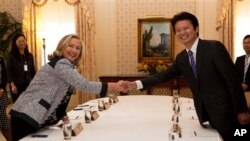 악수를 나누는 힐러리 클린턴 미 국무장관과 겐바 일본 외상