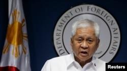 Bộ trưởng Ngoại giao Philippines Albert del Rosario hối thúc cộng đồng quốc tế nói với Trung Quốc rằng những gì nước này đang làm là sai trái