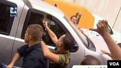 Massa pro-pemerintah Suriah yang marah, menyerang dan melempari kendaraan milik Kedutaan Besar AS di Damascus (29/9).