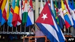 Bendera nasional Kuba (foto: ilustrasi). Polisi Finlandia menangkap tiga anggota tim nasional voli putra Kuba yang sedang bertanding di Tampere, Finlandia.
