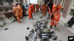 Radnici skupljaju cipele žrtava ispred džamije Bakir ul Ulom posle samoubilačkog napada u Kabulu