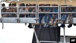 Para migran menanti untuk turun dari kapal bantuan di Messina, Sicilia, Italia, pekan lalu.