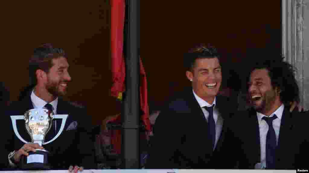 Sergio Ramos,Cristiano Ronaldo et Marcelo ont le sourire après avoir remporté la Liga à Madrid, en Espagne, le 22 mai 2017.