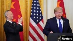 Phó Thủ tướng Trung Quốc Lưu Hạc và Tổng thống Trump hôm 15/1.