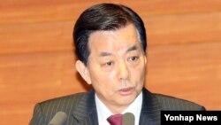 한민구 한국 국방부 장관이 18일 국회 본회의장에서 열린 비경제분야 대정부 질문에서 의원 질의에 답변하고 있다.
