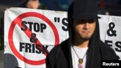 """La politique de """"stop-and-frisk"""" suscite une vive controverse, même si le maire Michael Bloomberg la défend fermement"""