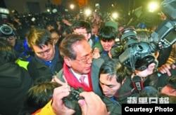 今年1月26日港大學生圍堵校委會(蘋果日報照片)