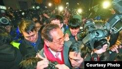 今年1月26日港大學生圍堵校委會(蘋果日報圖片)