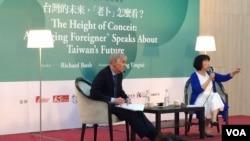 布魯金斯研究院東亞所主任卜睿哲(左)應台灣著名作家龍應台(右)邀請,2016年5月21日在台北沙龍演講。(美國之音齊勇明拍攝)
