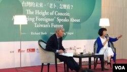 布鲁金斯研究院东亚所主任卜睿哲(左)应台湾著名作家龙应台(右)邀请,2016年5月21日在台北沙龙演讲。(美国之音齐勇明拍摄)